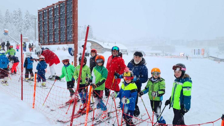 Dino Merlin s malim skijašima na Bjelašnici