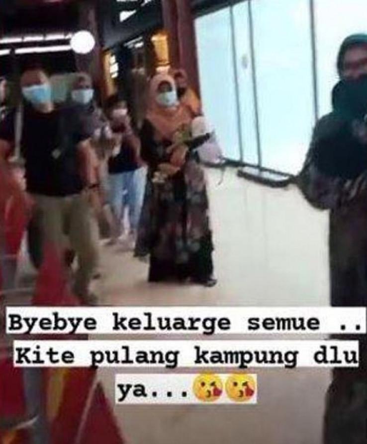 Ratih Windania objavila je selfi sa svoje troje djece nakon što su ušli u avion