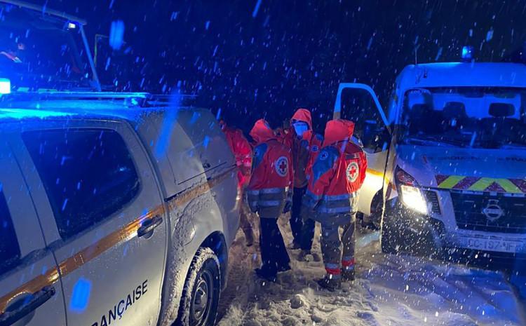 Članovi Crvenog križa također pomažu na terenu