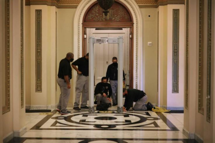 Svi članovi Kongresa i Kapitola moraju proći kroz detektore metala kako bi prisustvovali glasanju