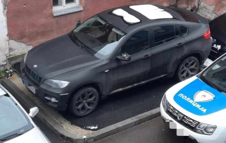 BMW na parkingu policije