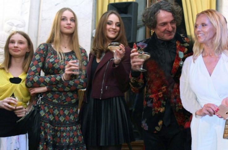 Bregović sa suprugom i kćerkama