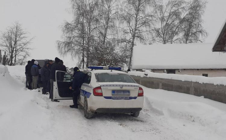 Policija ispred kuće u kojoj se dogodilo ubistvo