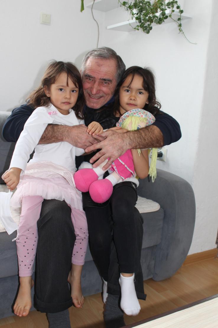 Sretni djed Mehdija u krilu je držao svoje dvije unučice