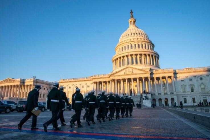 Članove Počasne garde ispred Kapitola