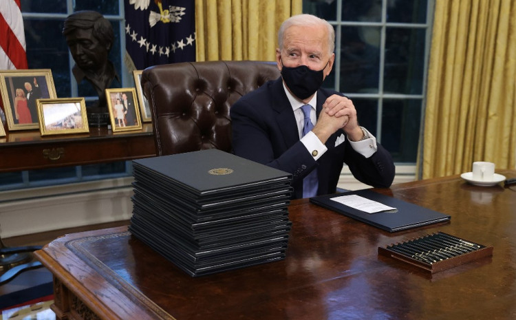 Bajden tokom potpisivanja odluka u Ovalnom uredu