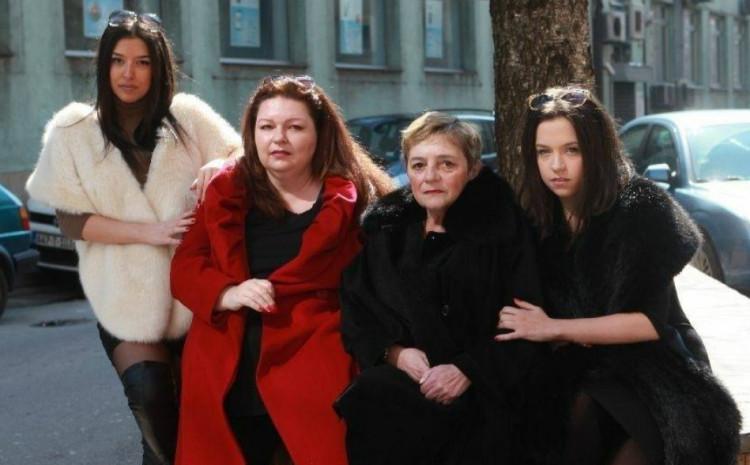 Adriana sa majkom i kćerkama