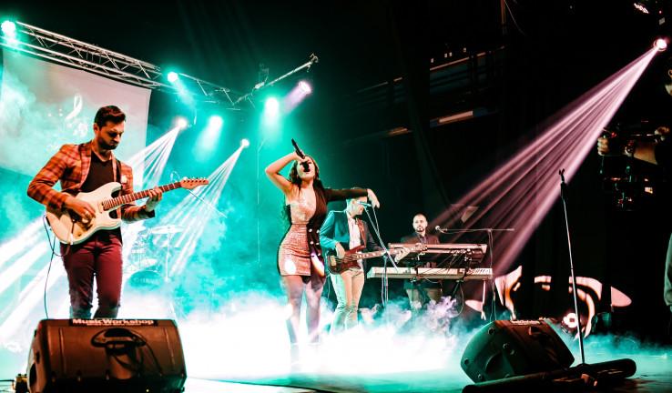 Koncert Ilme Karahmet s njenim timom