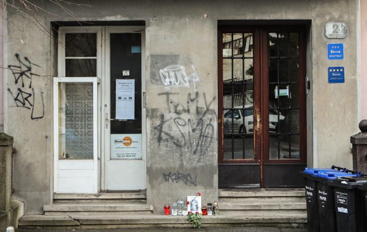 Cvijeće i svijeće ispred zgrade u kojoj je nekad živjela Mira Furlan