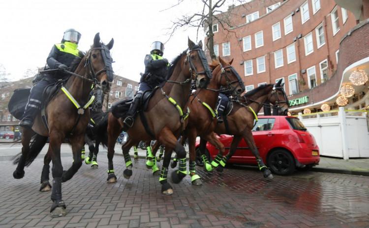 Nizozemska policija sukobila se danas u Amsterdamu i u Ajndhovenu sa demonstrantima