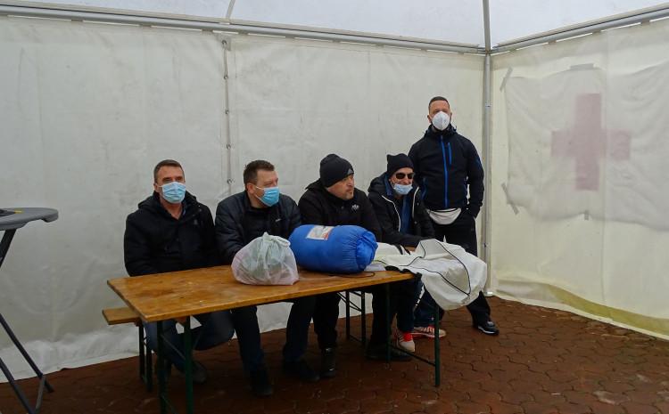Medicinari postavli šator kod zgrade Vlade HNK