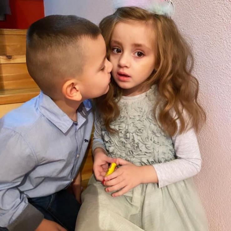 Blizanaci Imran i Sayra Bulbul kojima je dijagnosticiran usporen disharmonični psihomotorni razvoj sa elementima autizma