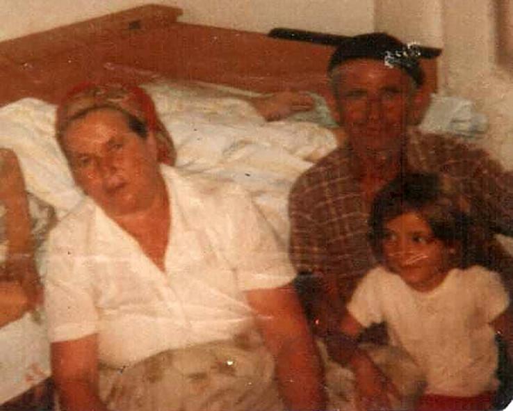 Zemina sa svojom drugom mamom Hankom i ocem Šahidom Pehlićem