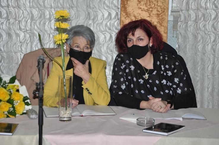 S nastavnicom Fikretom Muslić, koja je prva pročitala istinu iz Zemininog rukopisa