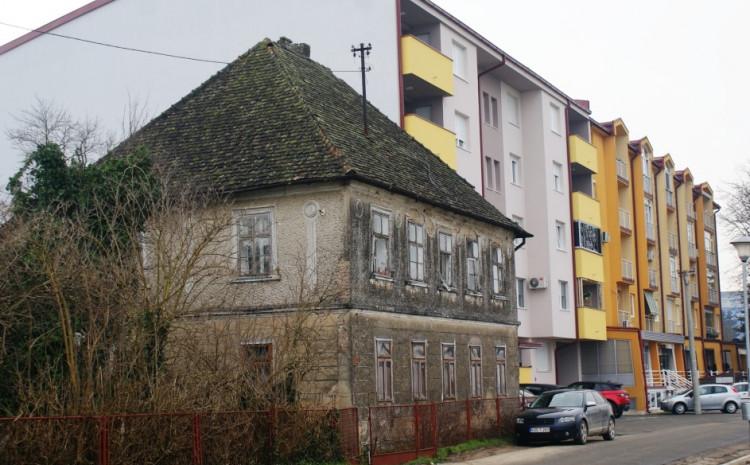 Prelijepa bosanska kuća na keju u Bosanskoj Gradišci