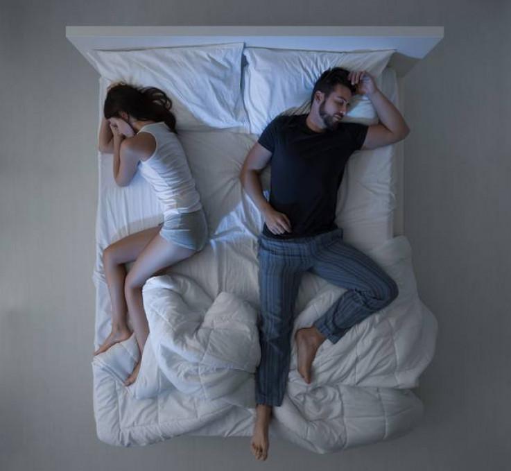 Jedan partner dominira krevetom
