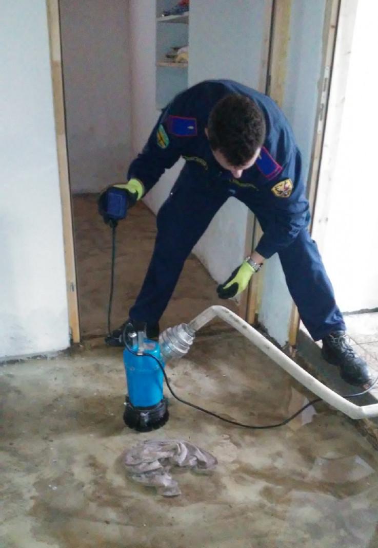 Vatrogasci s pumpama izvlače vodu iz kuća