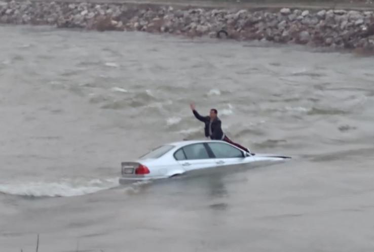 Muškarac sa haube vikao kako ne zna plivati