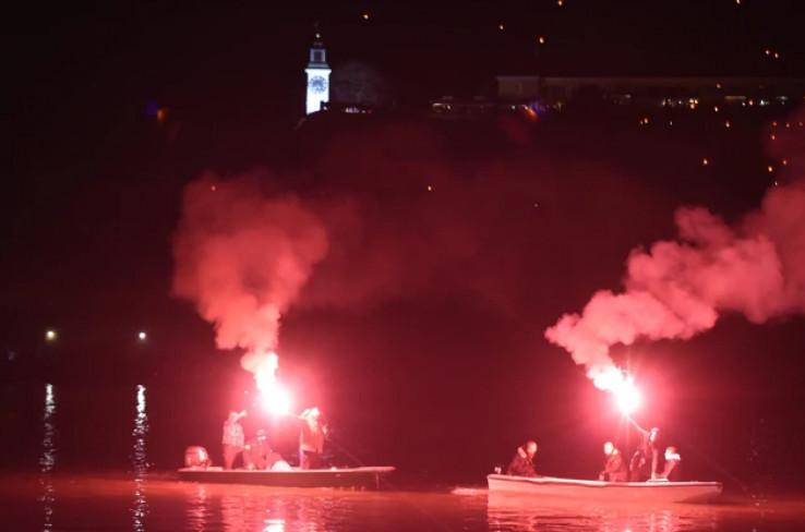 Na tvrđavi i mostu su se ugasila svjetla, a građani Novog Sada odali su počast svom heroju