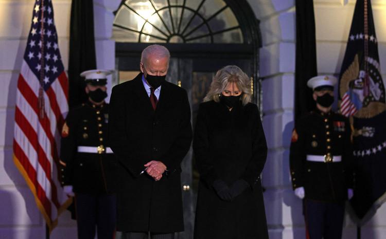 Džo Bajden sa suprugom tokom komemoracije
