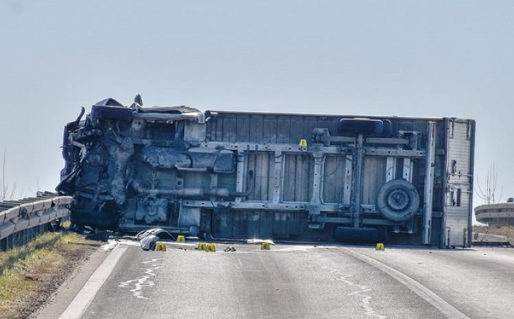Kamion se prevrnuo nakon sudara