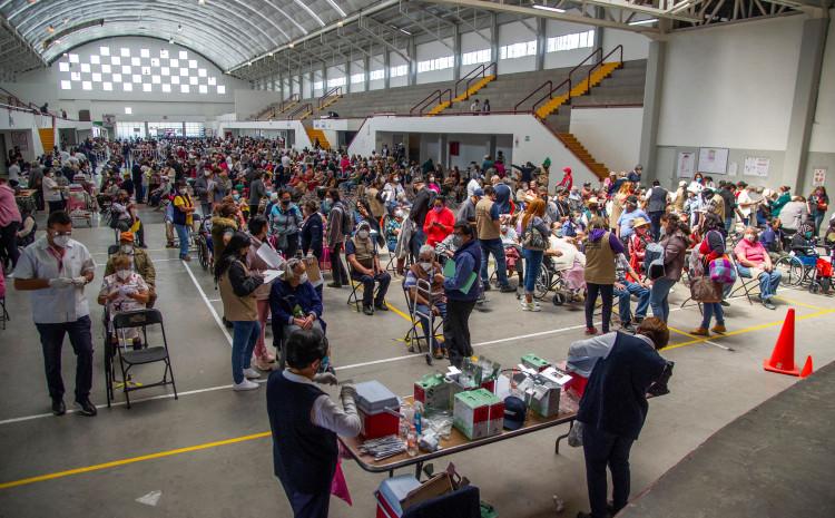 Meksikanci čekaju u redu za vakcinaciju