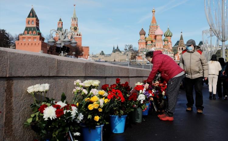 """Građani položili cvijeće na mostu """"Bolshoi Mokvoretskiy"""""""