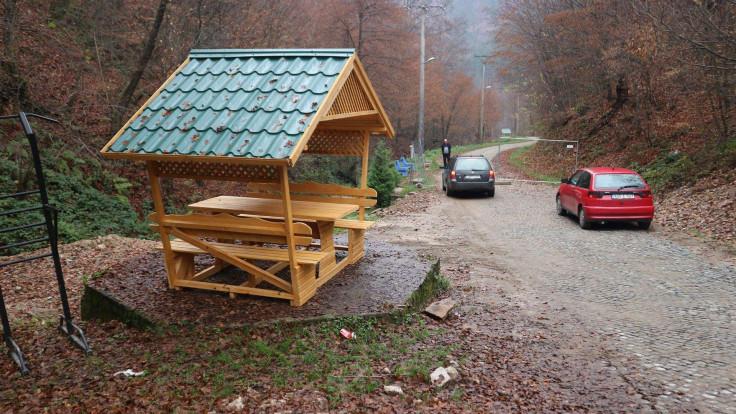 Klupe i kućice za odmor na šetalištu