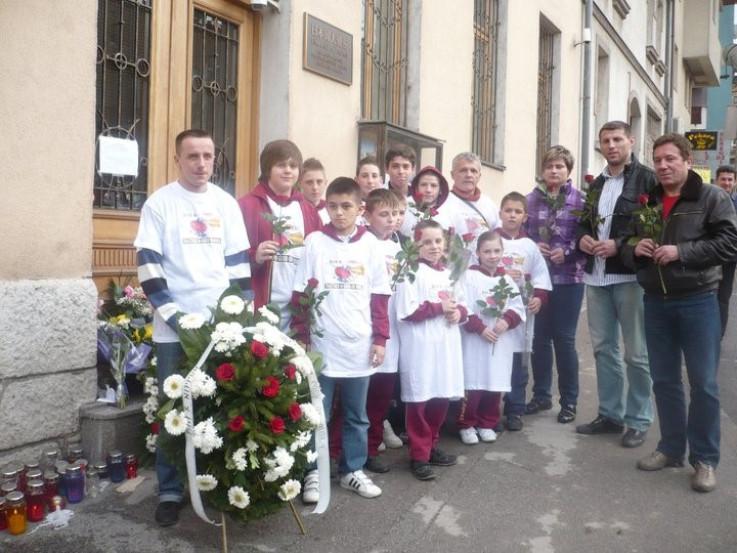 Mnogi građani Sarajeva, uključujući i članove Judo saveza, su posjećivali prostorije naše ambasade tokom nekoliko dana nakon velikog potresa, noseći cvijeće i paleći svijeće
