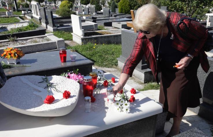 Sahranjen je na sarajevskom groblju Bare, gdje redovno dolazi njegova majka Elvira Deak