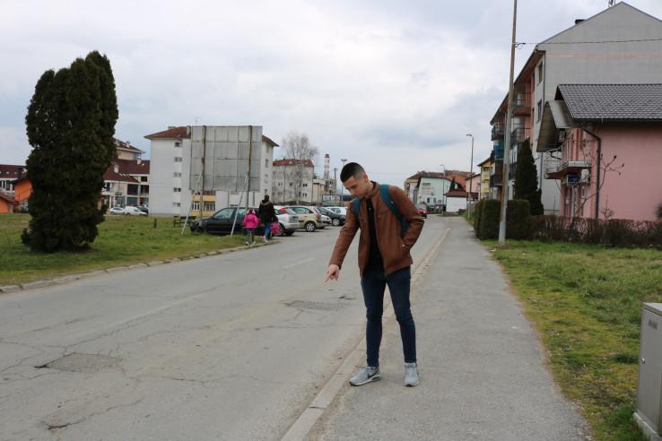 Nikola Pejić pokazuje mjesto na kojem je našao torbu