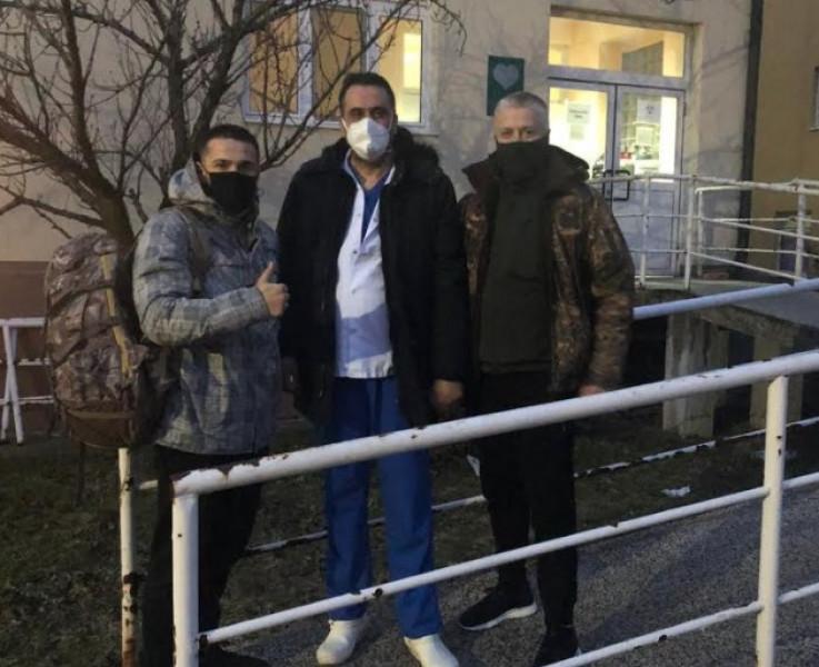 Naser Orić sa sinom Amarom i doktorom Hadžiefendićem prilikom izlaska iz bolnice