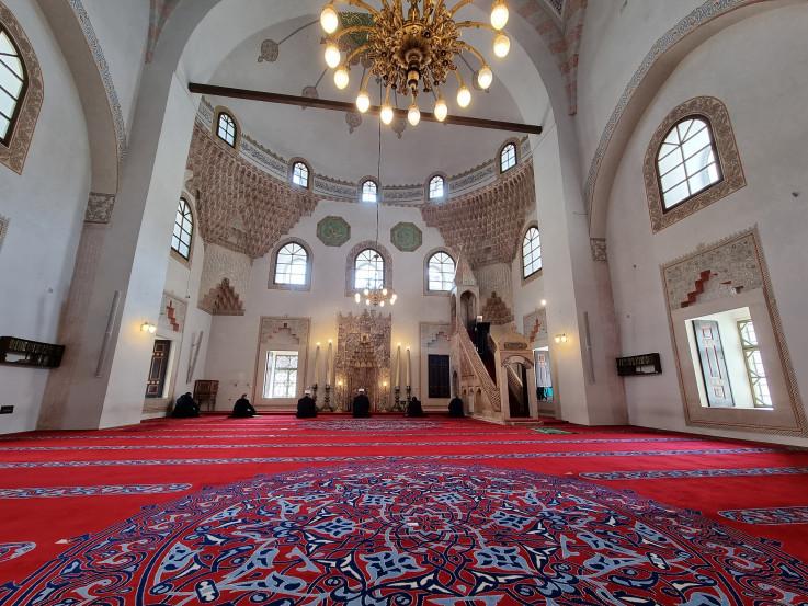 Džuma-namaz u Gazi Husrev-begovoj džamiji obavljena je u skladu sa posljednjim instrukcijama i uz poštivanje važećih epidemioloških mjera
