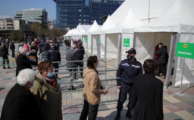 Stotine starijih od 70 godina dolaze na Skenderbegov trg u Tirani, gdje se vakcinacija obavlja u dva velika šatora