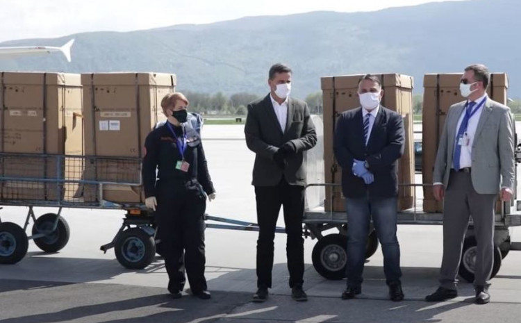 Novalić dočekao respiratore na Sarajevskom aerodromu