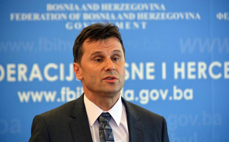 Premijer FBiH Fadil Novalić obraćajući se zastupnicima u Predstavničkom domu Parlamenta FBiH