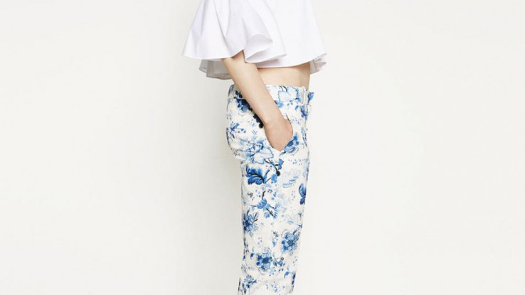 Bijela majica idealna sa šarenim hlačama