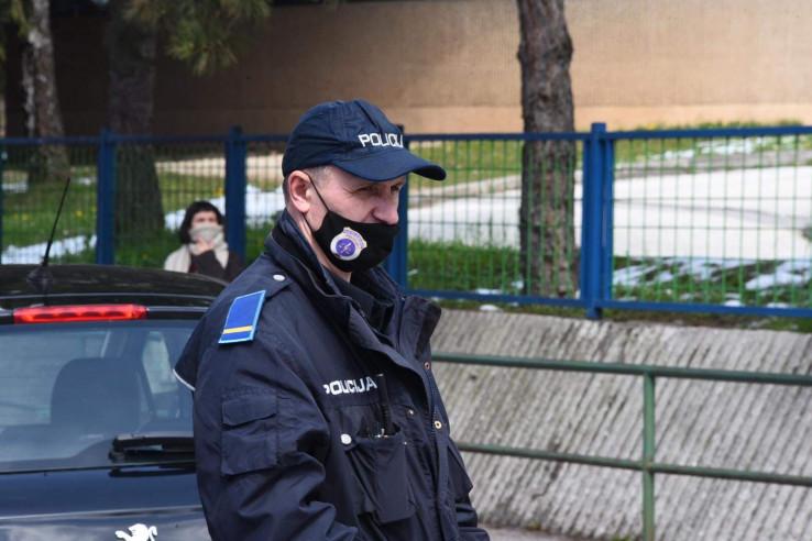 Policija ispred KCUS-a