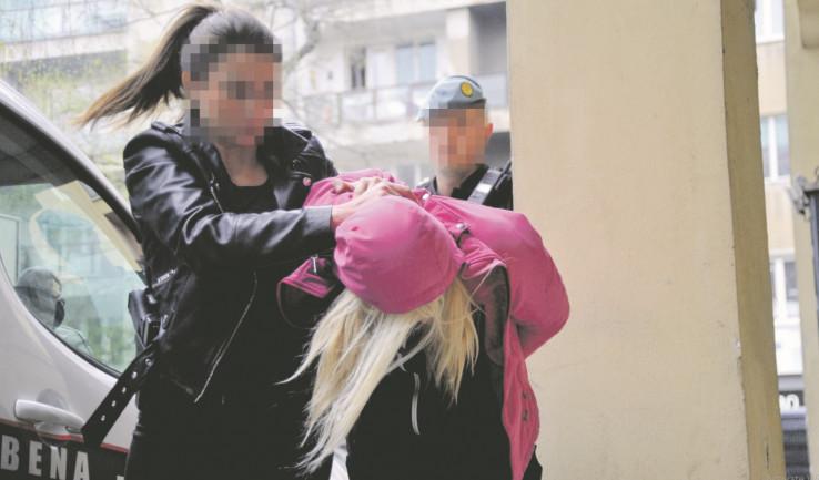 Privođenje Nejre Jusufović koja je sada kosu ofarbala u crnu boju