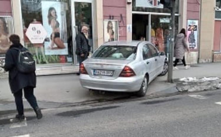 Parkirao vozilo na trotoar