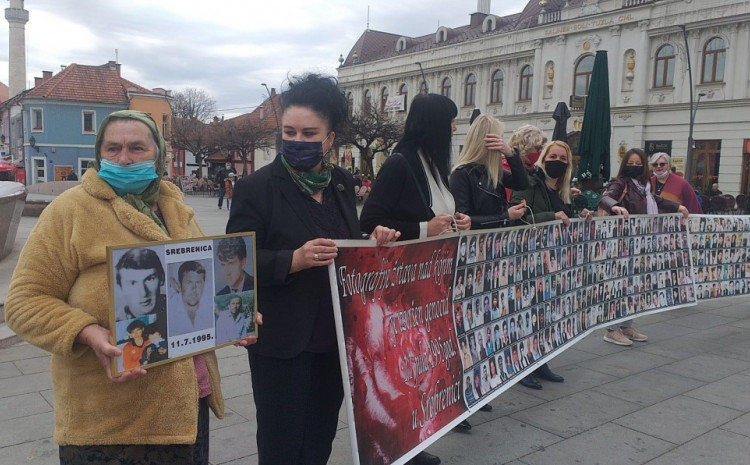 S lica mjesta: Njihovo okupljanje dolazi dan prije godišnjice masakra na srednjoškolskom igralištu u Srebrenici