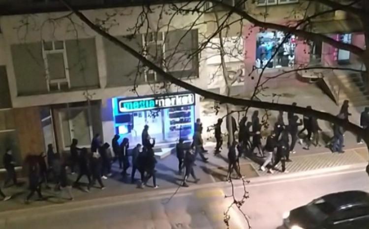 Grupa prolazi kroz grad