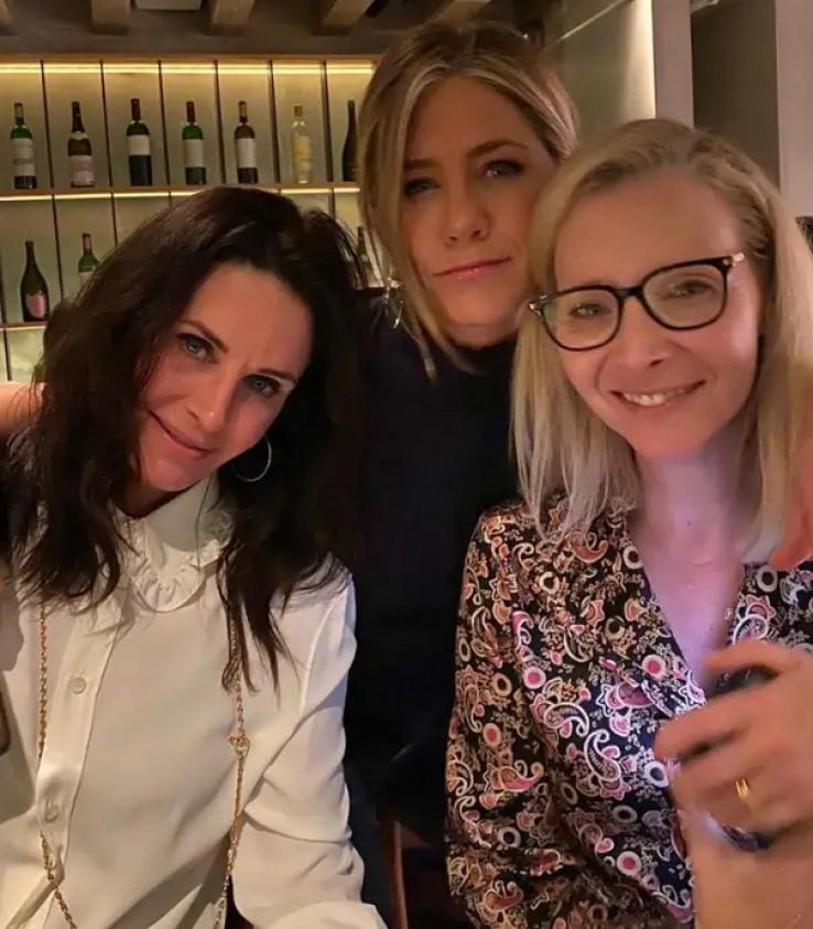 """Aniston sa kolegicama na snimanju serije """"Prijatelji"""