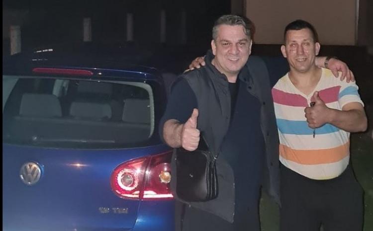 Brajlović i Muhić pored automobila