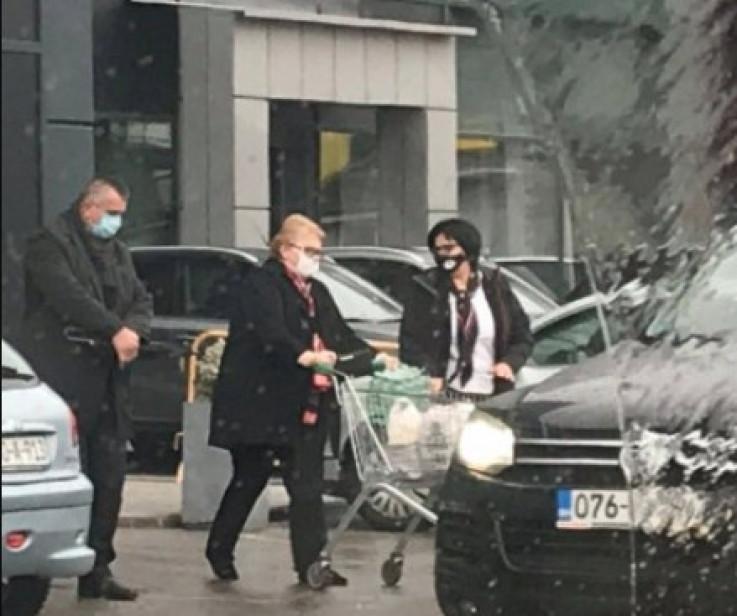 Bisera Turković u šopingu sa službenom pratnjom