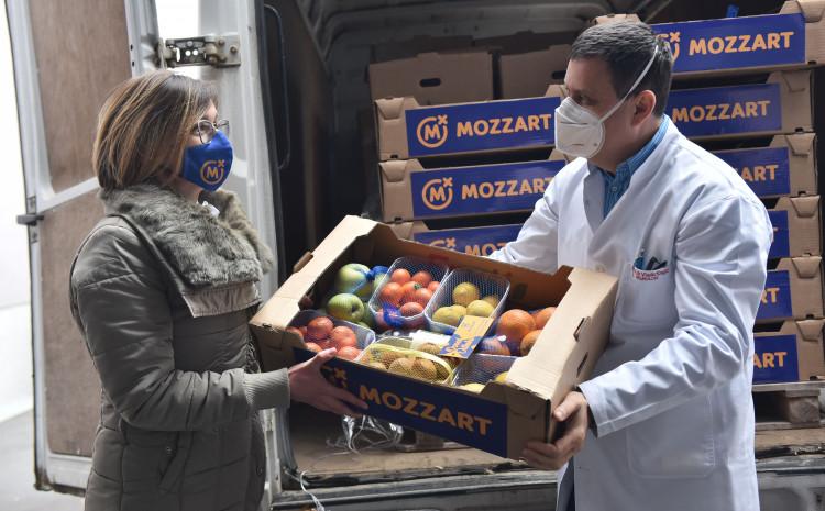 Mozzart podržao UKC RS- donirali voće i sokove herojima u bijelim mantilima