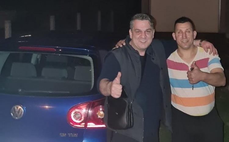 Mirza Brajlović i Rasudin Muhić pored vozila: Golf 5 za radnika 5+