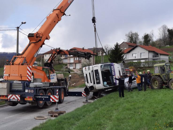 Dizalicom uklonjen teški kamion