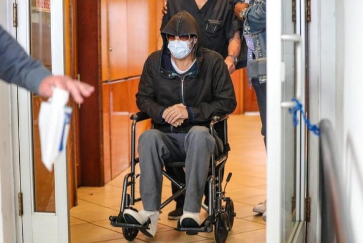 Pit: Zamaskiran hirurškom maskom, velikim sunčanim naočalama i kapuljačom