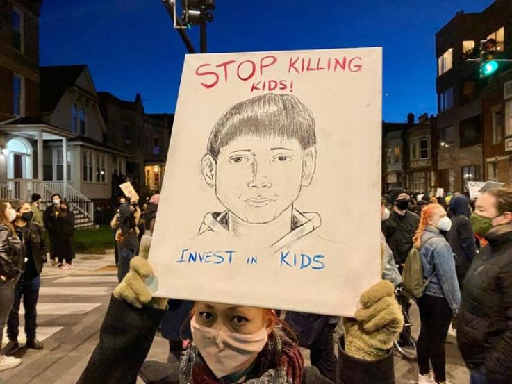 Prestanite ubijati djecu, ulažite u njih, piše na transparentu